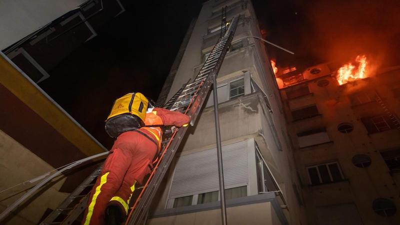 Incendio in un palazzo a Parigi: sette morti e oltre 20 feriti