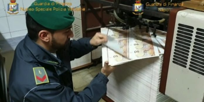 Stampavano banconote 50 euro false