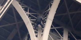 Uomo sale sulla Torre Eiffel