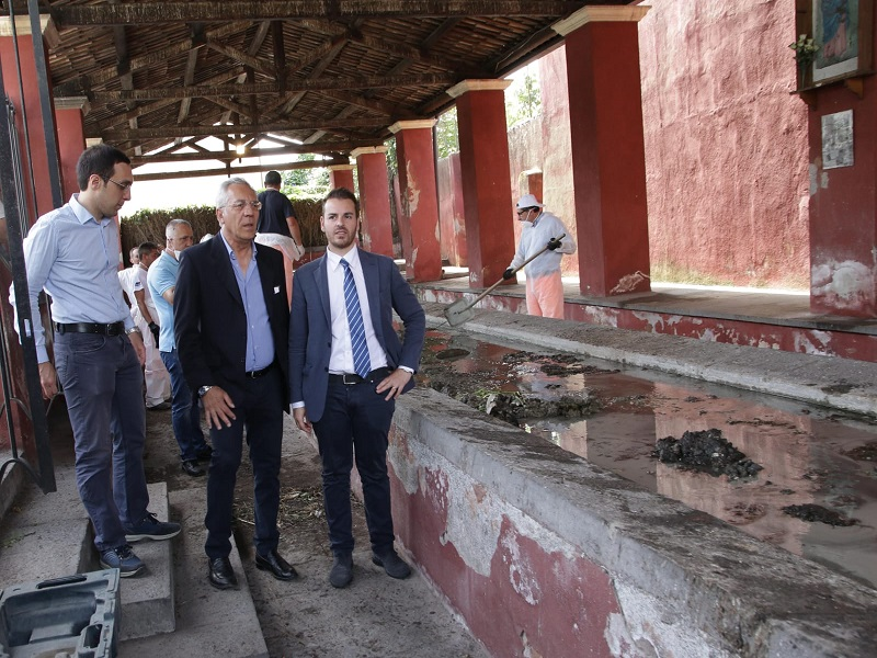 pulizia lavatoio cibali con presidente III ferrara- presidente IV buceti- componente gabinetto sindaco catania bonaccorsi (1)