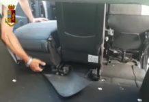 nasconde cocaina in auto sotto il sedile