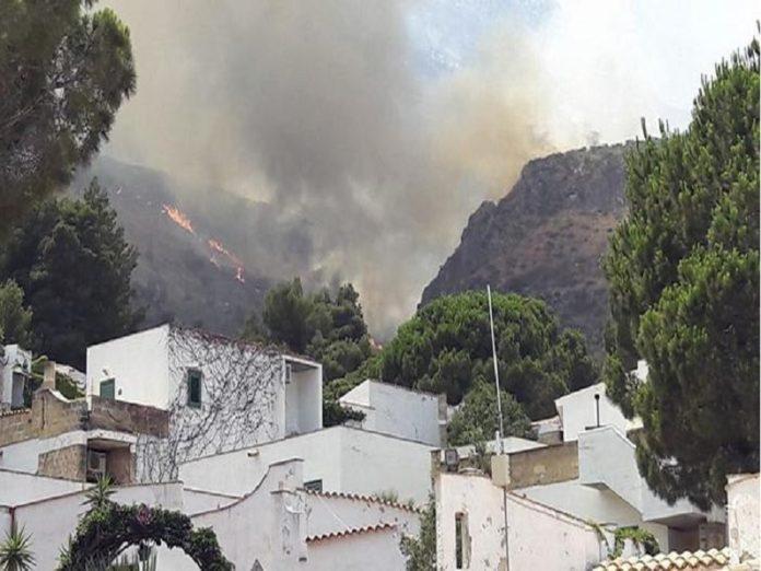 Incendi in Sicilia: a Trapani è stato evacuato un intero villaggio turistico