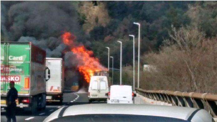 autoarticolato in fiamme sulla A19