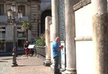 turista intrappolata dentro l'anfiteatro romano