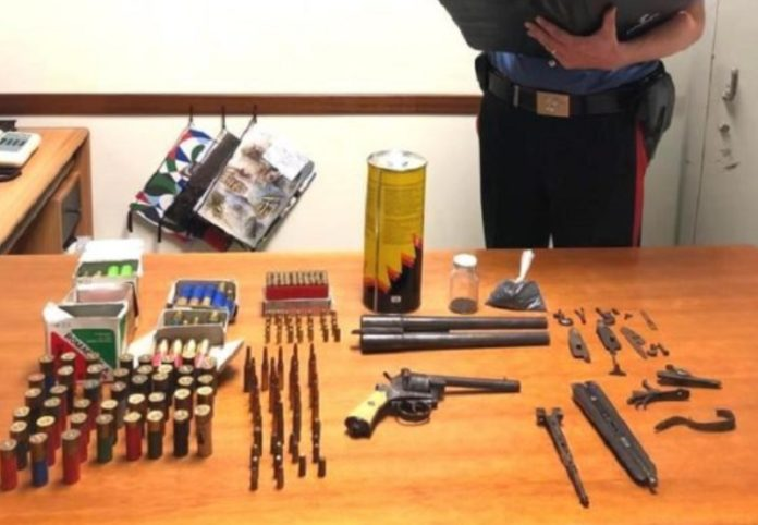 deposito di armi in mansarda