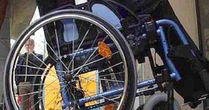 quindicenne picchia un disabile